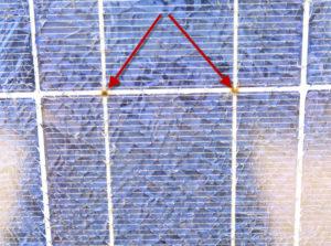 abgetrennte Zellverbinder mit leichten Schmorspuren auf der Modulvorderseite