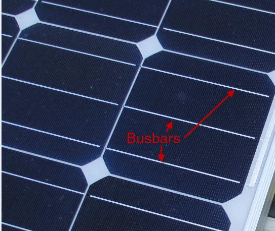 Nahaufnahme einer Solarzelle mit den Busbars (Frontkontakten)