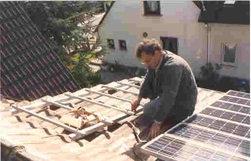 väterliche Unterstützung beim ersten Photovoltaik Projekt