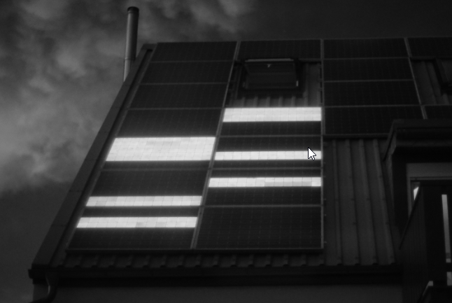 Die Elektrolumineszenzaufnahme zeigt einen Solarmodulstrang nach einem Überspannungsereignis, bei dem viele Bypassdioden zerstört (kurzgeschlossen) wurden.