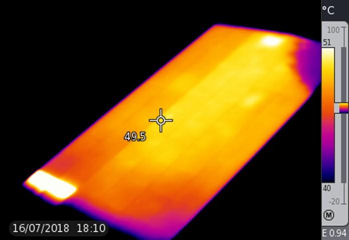 Das Bild zeigt das Thermogramm eines Solarmoduls, bei dem eine Bypassdiode kurzgeschlossen ist und dessen unterer Rand stark verschattet oder verschmutzt ist.